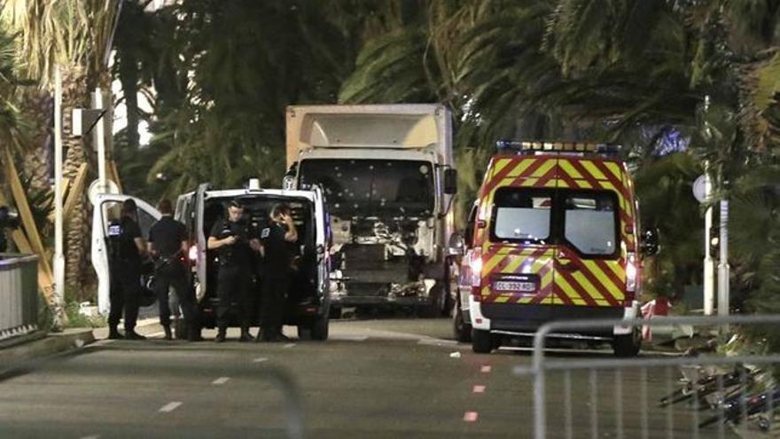El camión utilizado para atentar en Niza, tras ser abatido su conductor por la policía