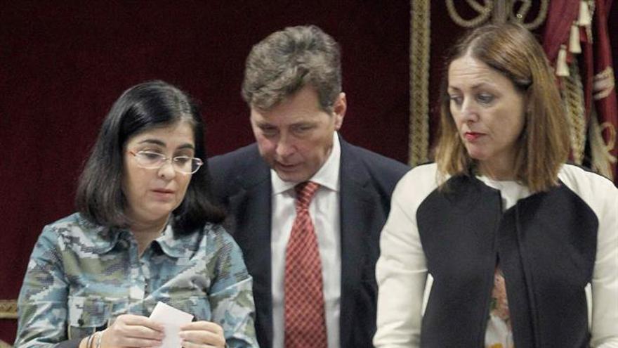 El presidente del Gobierno de Canarias, Fernando Clavijo (i), y el vicepresidente Pablo Rodríguez (d), emiten su voto sobre las candidaturas al Consejo Rector de RTVC