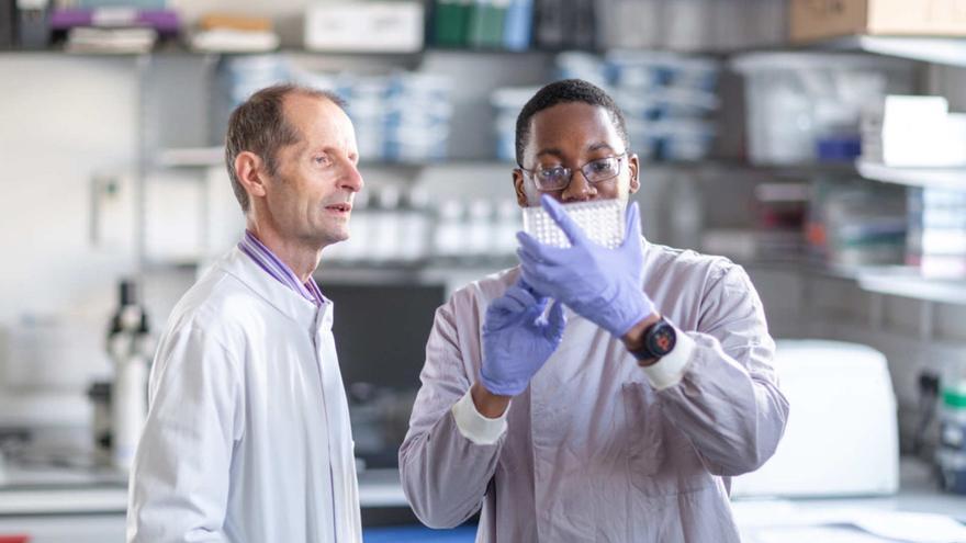 El profesor Robin Shattock (izquierda) y su equipo desarrollaron una vacuna candidata en 14 días después de obtener la secuencia de China.