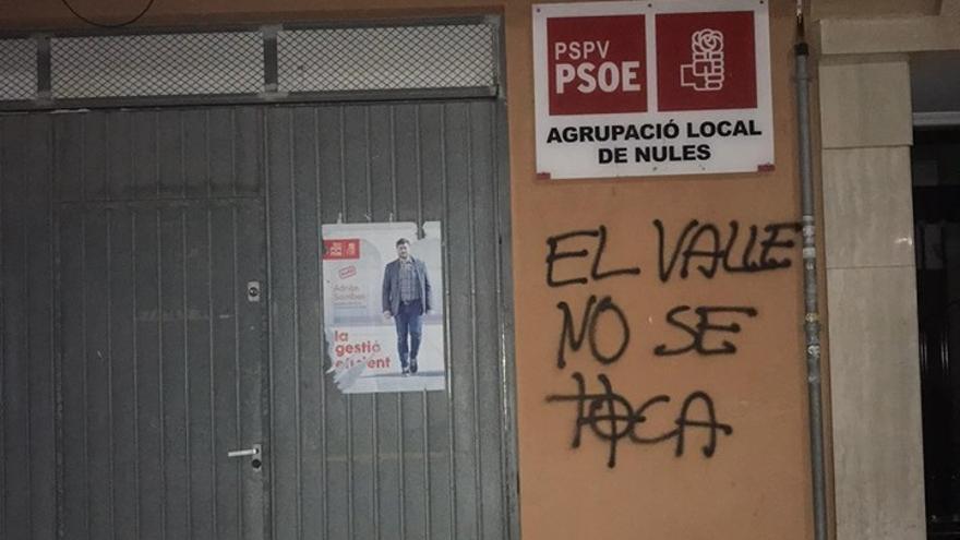 Imagen de una de las pintadas fascistas en la sede del PSPV de Nules