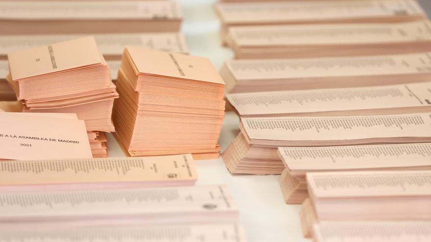 Las papeletas del PP, de tono sepia más fuerte, están aprobadas por la Junta