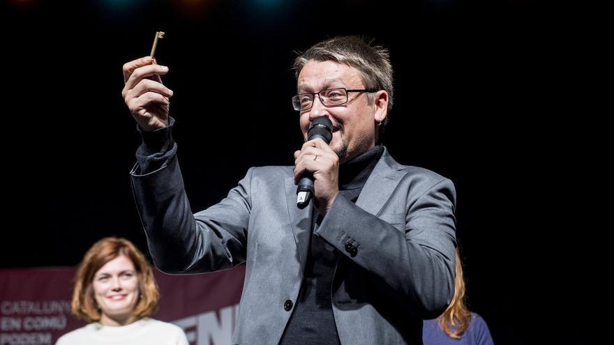 Xavier Domènech muestra una llave durante un acto de Catalunya en Comú-Podem.
