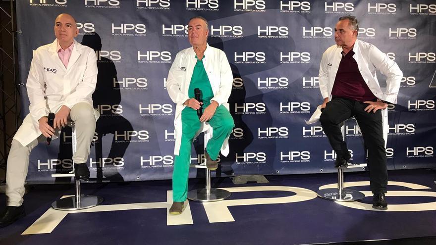 Los doctores atendiendo a los medios tras la intervención a Drolé llevada a cabo en la tarde de este jueves en HPS.