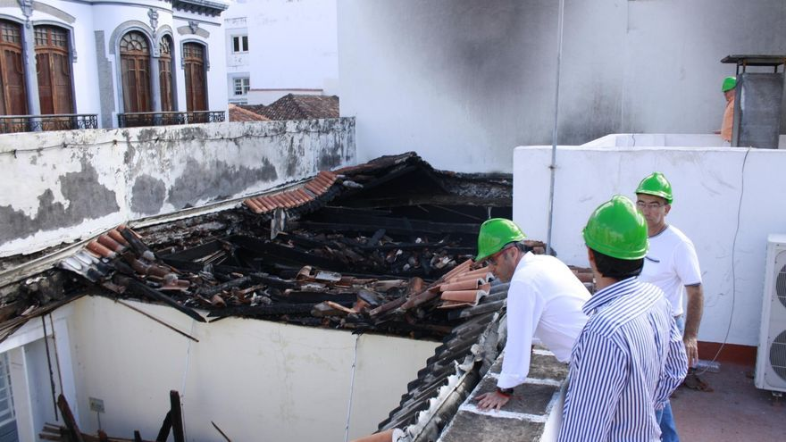 Un momento de la inspección técnica del estado estructural de la casona afectada por el incendio del pasado sábado.