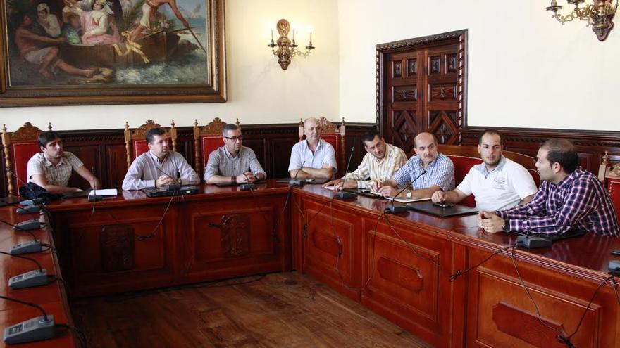 En la imagen, reunión mantenida por los portavoces de los grupos políticos con técnicos.