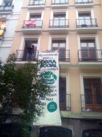 La pancarta desplegada en Corredera 33 | FOTO DE RODRIGO CILLA