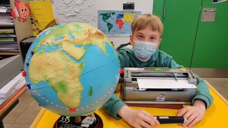Larik, un niño ciego de 13 años, estudia para ser físico.
