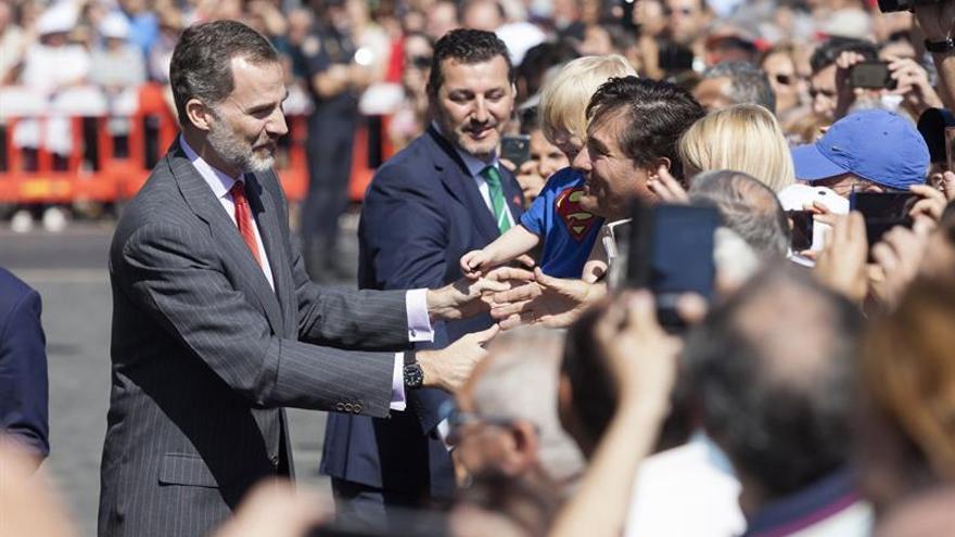 Don Felipe saluda a las personas que lo esperaban a la entrada del Cabildo