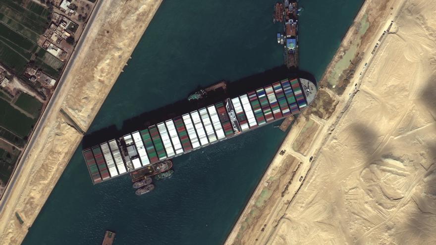 El jefe del canal de Suez admite que no sabe cuándo podrá ser desbloqueado