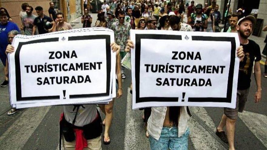 Participantes en una manifestación contra la turistificación en Valencia