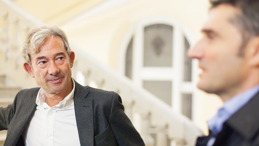 Enric González y Ernesto Valverde, durante la conversación. Foto: Fabio Cundines
