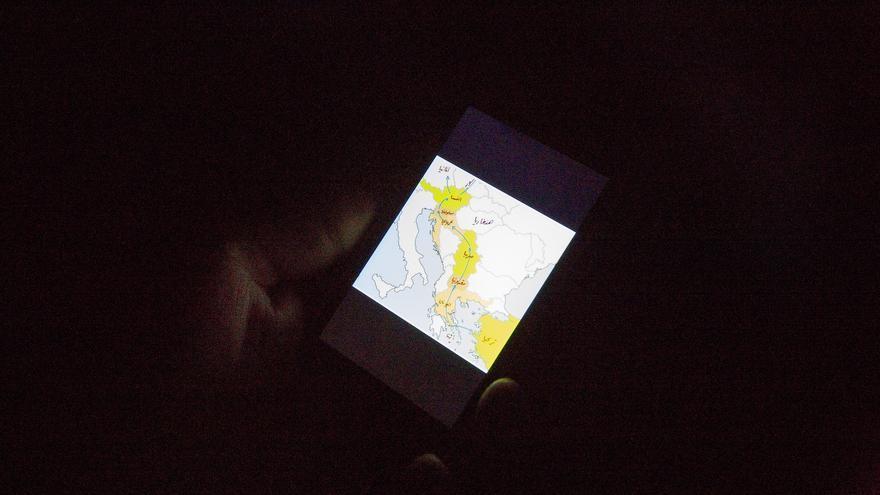 Un hombre consulta en su teléfono móvil la ruta que quiere seguir para conseguir llegar a Alemania, en noviembre de 2015. Desde principios de 2016 las fronteras de la ruta de los Balcanes están cerradas | Médicos Sin Fronteras
