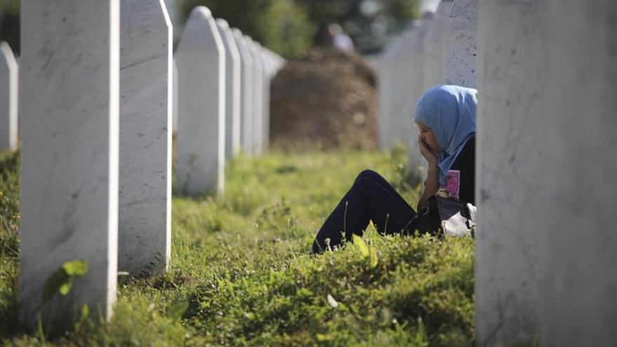 Una flor de hilo para recordar el genocidio de Srebrenica