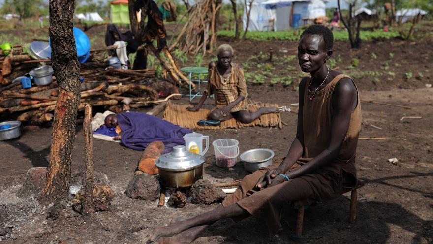 Jocomina Apelino, de 45 años, huyó del Sudán del Sur en abril de 2017 y llegó a Uganda con tres hijos. Aunque una de las razones por las que dejó su país es la falta de alimentos, ahora se enfrenta al mismo problema aquí en el asentamiento de refugiados. Las distribuciones de alimentos no son suficientes y a menudo no llegan a tiempo. Su suegra está enferma y su sobrino tiene malaria. Su esposo falleció hace unos años y ahora vive en un asentamiento de refugiados con otros diez miembros de la familia, incluyendo a sus tres hijos. Fotografía: Atsushi Shibuya/MSF