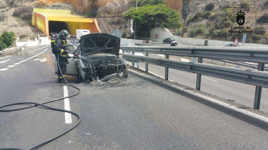 Arde un vehículo en el Julio Luengo