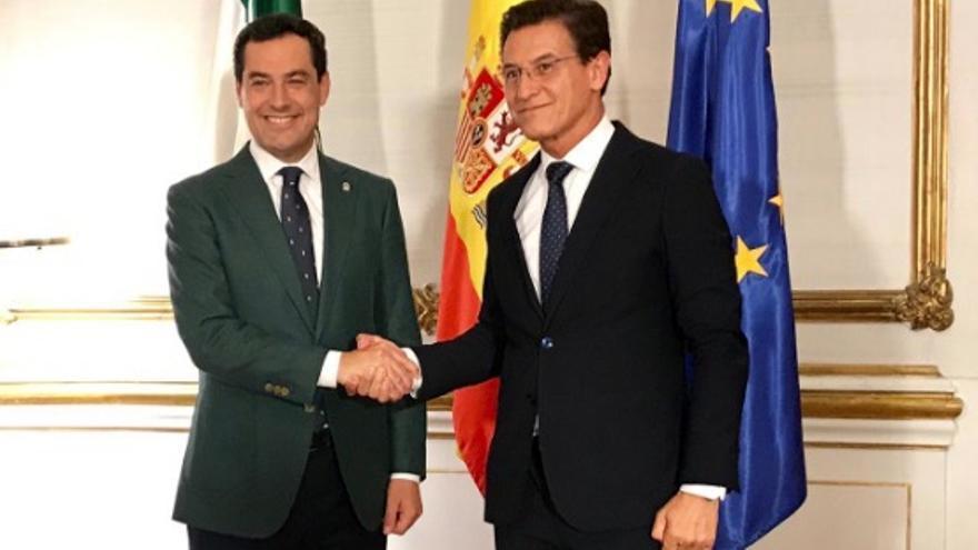 El alcalde de Grandada, Luis Salvador, y el presidente de la Junta, Juanma Moreno