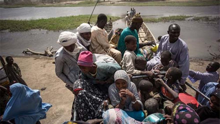 Refugiados nigerianos abandonan Ngouboua en las orillas del Lago Chad. Se dirigen a un lugar más seguro, lejos de la frontera