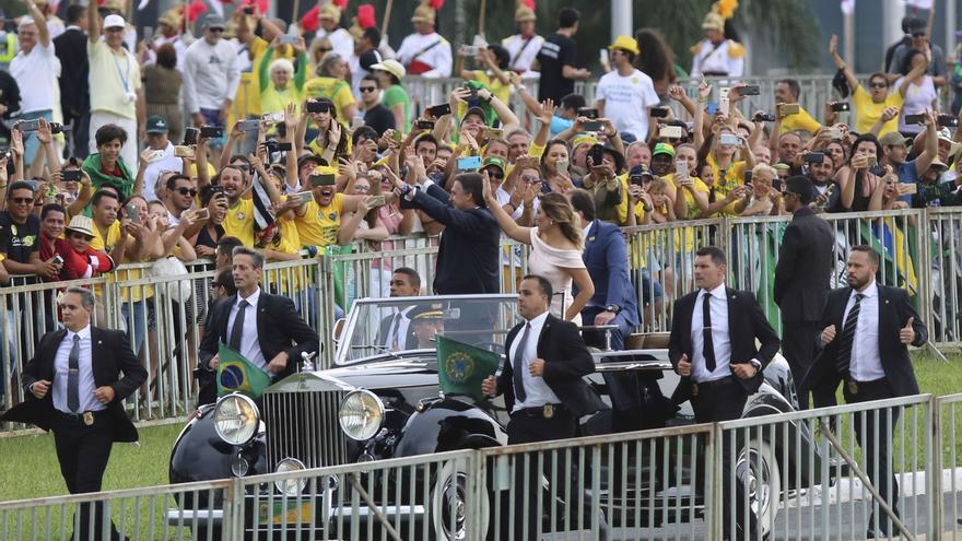 Jair Bolsonaro desfila en el Rolls-Royce. Foto de Fabio Rodrigues Pozzebom/Agência Brasil.