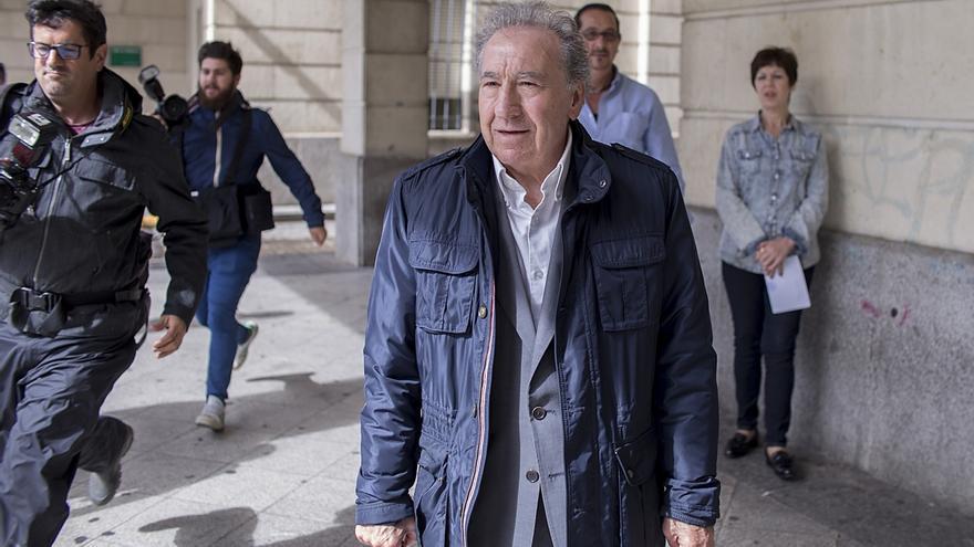 """El empresario que simuló besar a Teresa Rodríguez pide el archivo y reitera que fue """"una broma"""""""