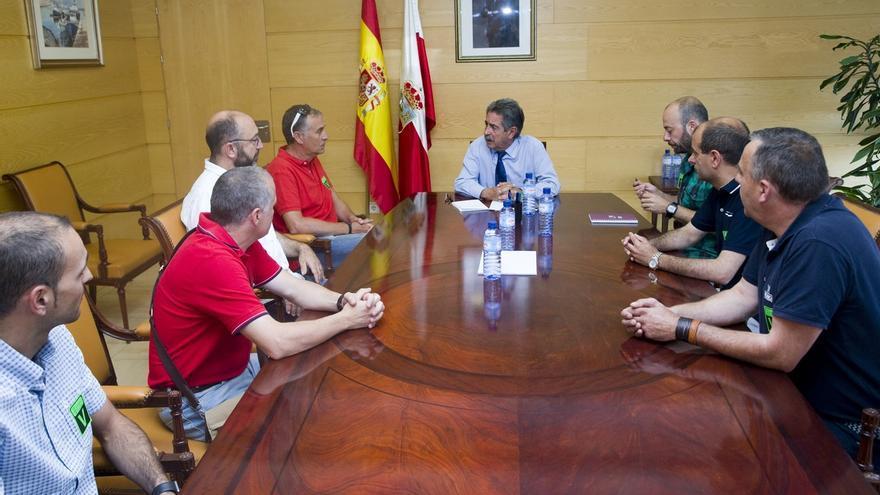 Revilla apoya la reivindicación del comité de Saint Gobain Pam en defensa del uso de productos fabricados en Cantabria