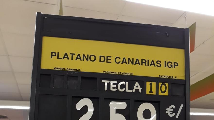 Precio del plátano canario en una gran superficie de Barbate, en Cádiz, este sábado 28 de julio de 2018