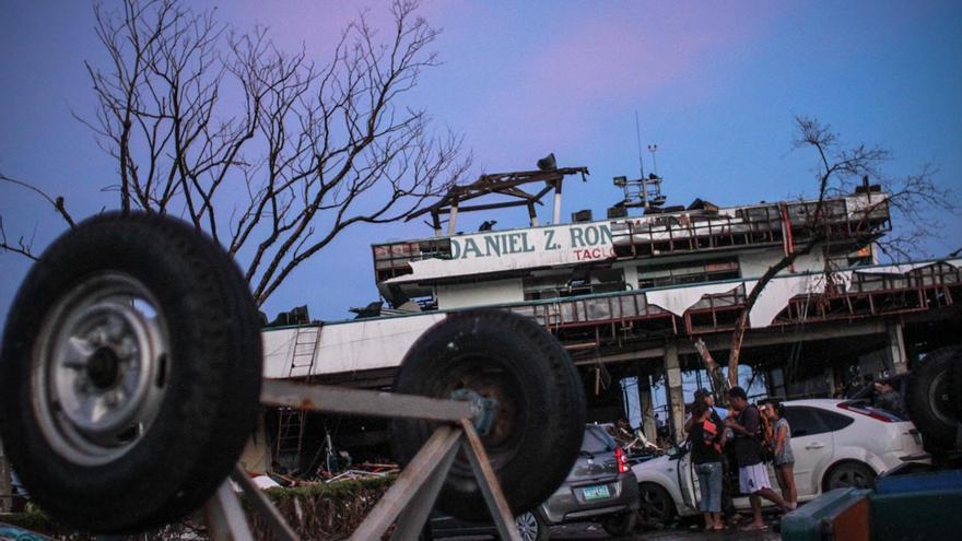 Estado de la puerta principal del aeropuerto Daniel Z. Romualdez de Tacloban, tras el paso del tifón Yolanda, en noviembre de 2013./ Fotografía: Acción contra el Hambre/Daniel Burgui.