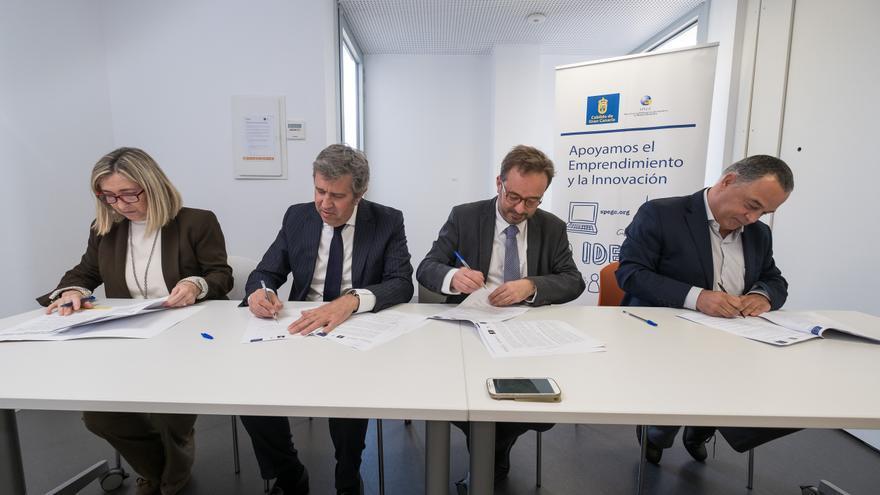 El consejero de Desarrollo Económico, Raúl García Brink, firma el acuerdo con la Fundación de las Cámaras de Comercio españolas Incyde.