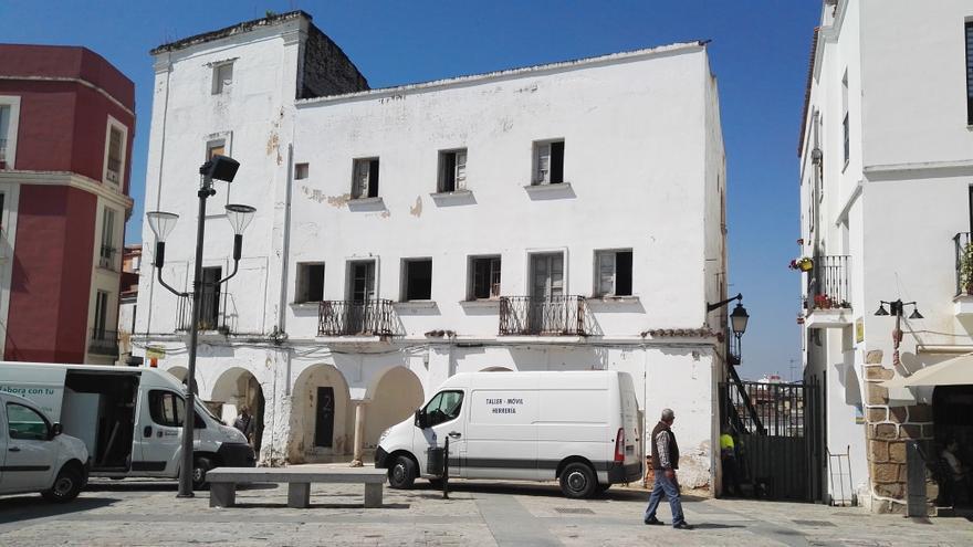 Edificio por rehabilitar de la Plaza Alta. A la derecha, la calle cortada y la reja recién puesta.