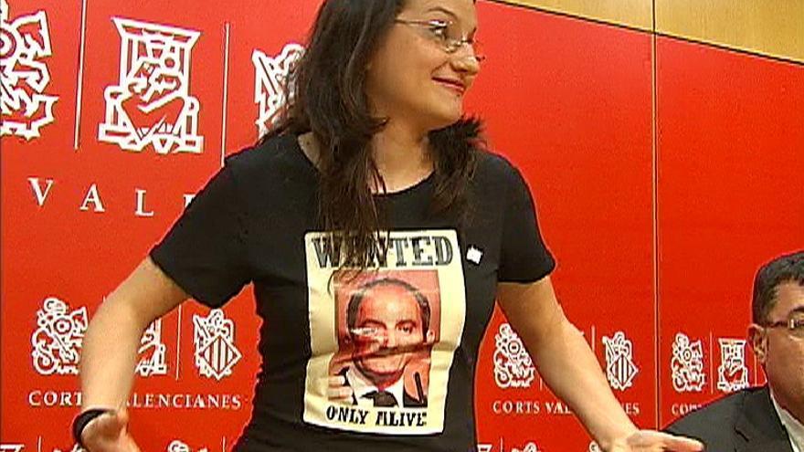 Mònica Oltra amb una camiseta de l'ex-president de la Generalitat Francisco Camps on posa 'Se busca'