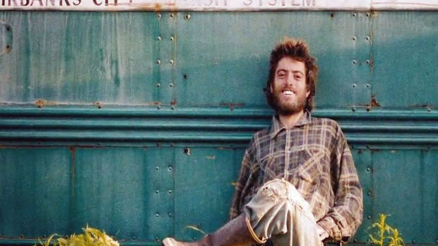 Chris McCandless frente al autobús abandonado de Fairbanks. (DP).