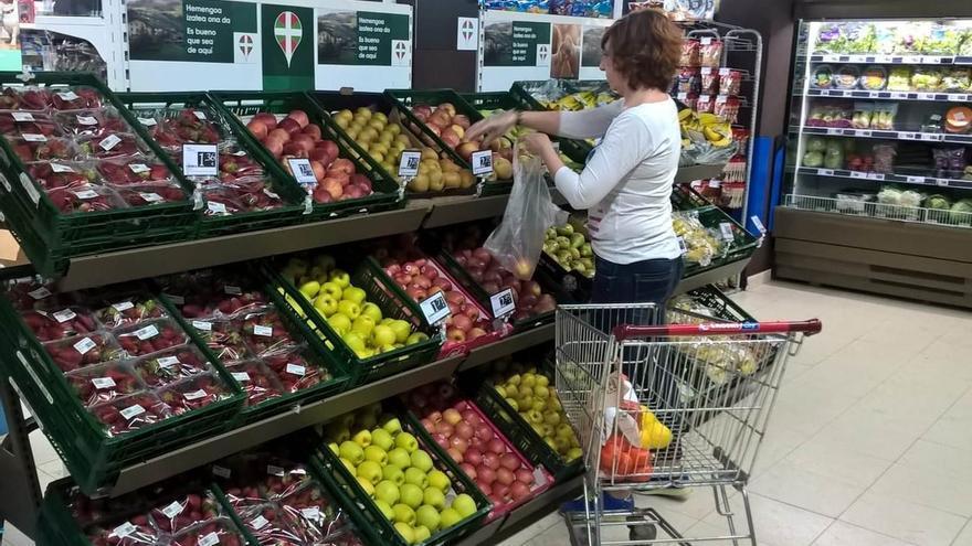 Imagen de archivo de una mujer comprando en un supermercado.