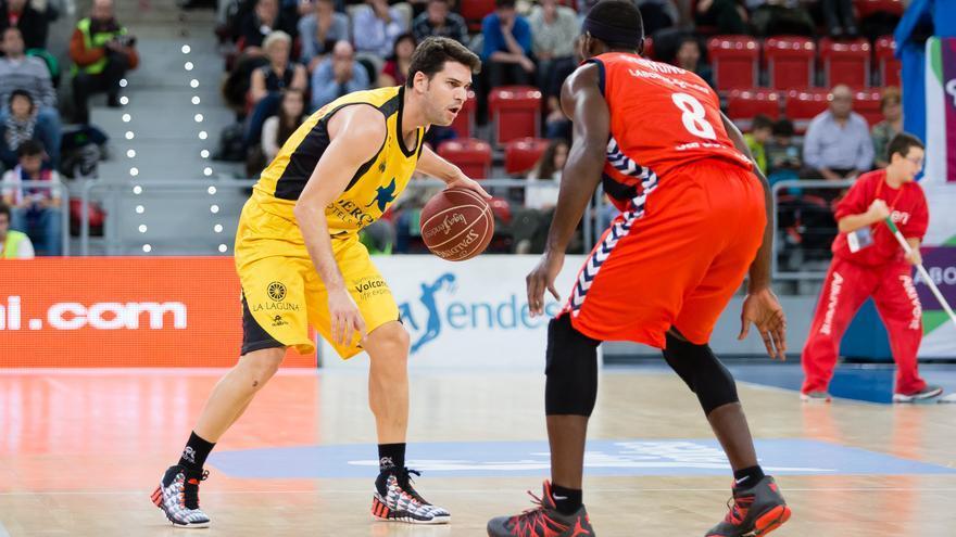 Uriz sube la bola ante Perkins | ACB Photo/I. Martín
