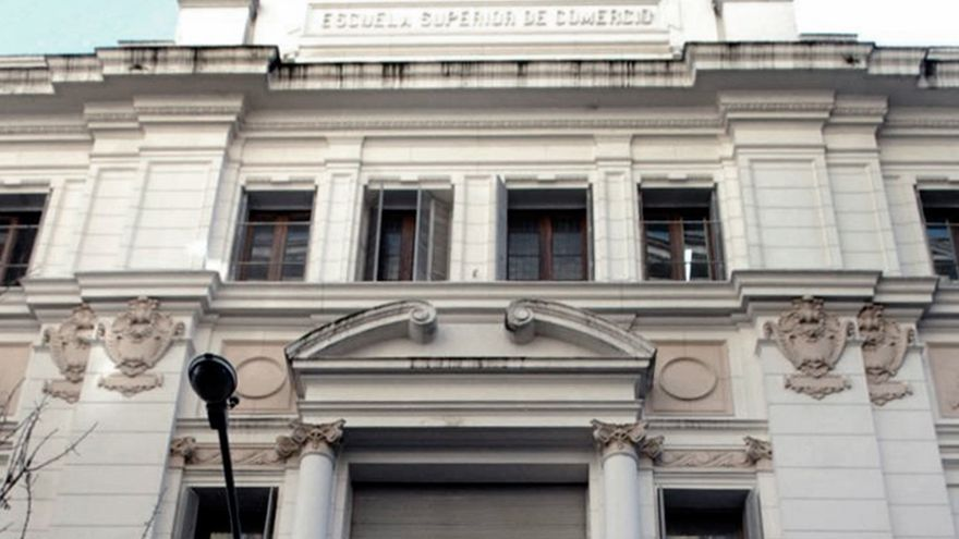 La fachada del Colegio Carlos Pellegrini