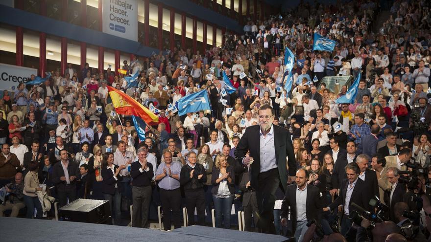 El presidente del Gobierno sube al escenario para intervenir en el mitin, celebrado en el Palacio de Festivales de Santander.