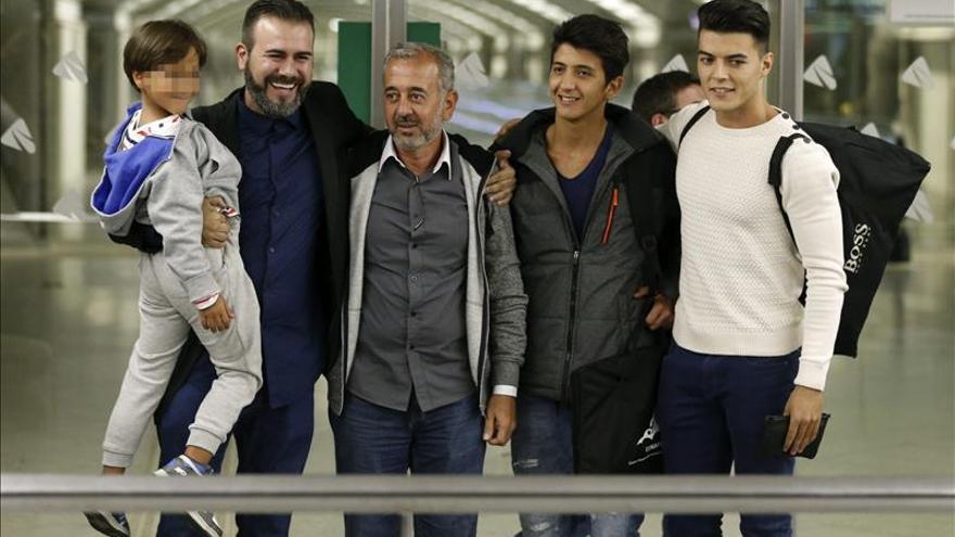 Osama Abdul Mohsen (el tercero a la izquierda) y sus hijos Zaid (i) y Mohamed (segundo a la derecha) son recibidos en Madrid, este 16 de septeimbre. / Efe.