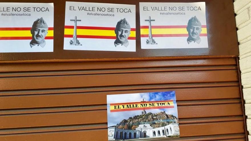 Carteles puestos en la sede del PSOE de Alcalá de Henares.