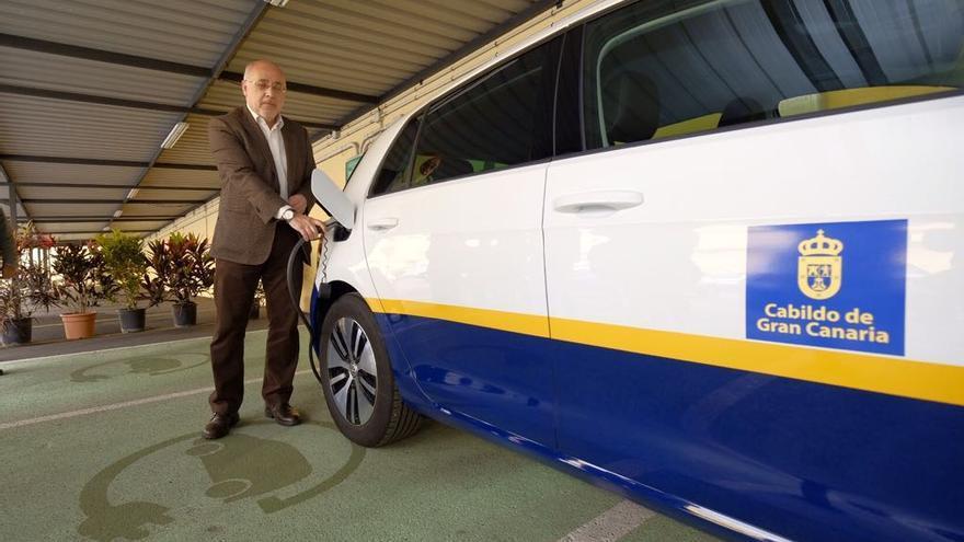 Antonio Morales, con uno de los coches eléctricos del Cabildo de Gran Canaria