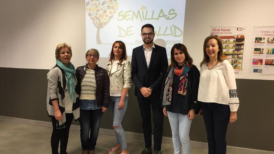 El consejero de Promoción Económica, Comercio y Empleo el Cabildo con representantes del proyecto.
