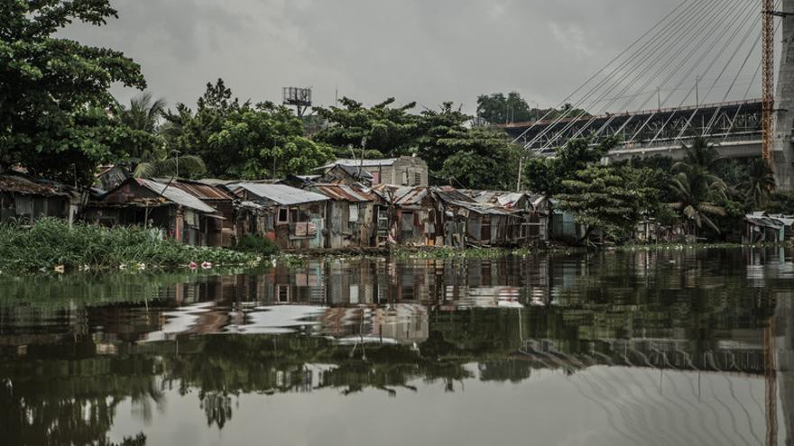 Vistas generales de la cuenca del río Ozama. Más de 300 mil personas se alojan en viviendas precarias construidas a orillas del río Ozama en Santo Domingo, República Dominicana. Las inundaciones y tormentas afectan a las personas más vulnerables de este país. República Dominicana es uno de los diez países más pobres de América Latina, el 45,7% de la población se encuentra en situación de vulnerabilidad, es decir, que están a un paso de caer en la pobreza.