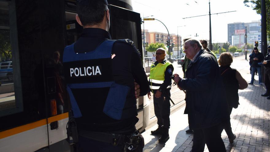Un policía custodia un control de billetes en un tranvía de València