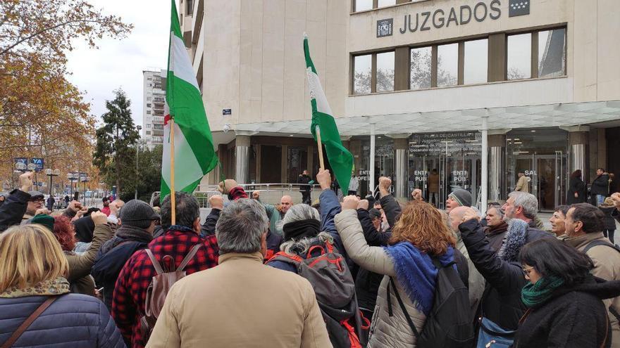 Las personas que se han congregado para apoyar a Óscar Reina lo rodean a las afueras de los juzgados de Plaza de Castilla, en Madrid.