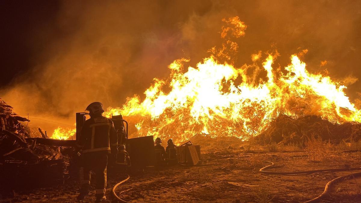 Bomberos intervienen en el incendio de la planta de biomasa en Paracuellos