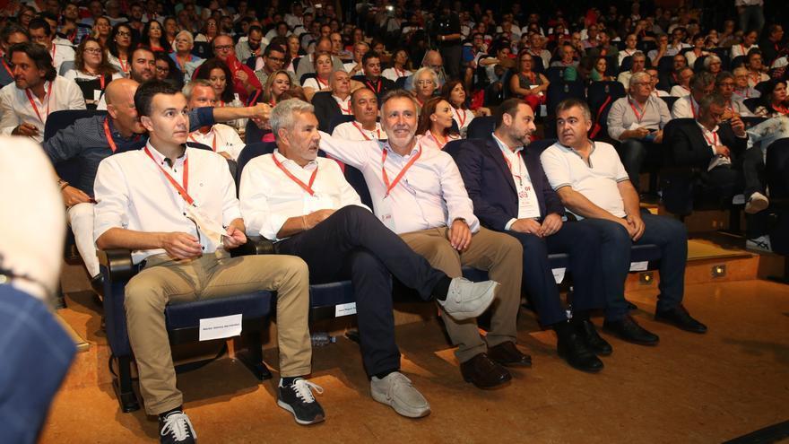 Ángel Víctor Torres junto a José Miguel Rodríguez Fraga (izquierda) y José Luis Ábalos (derecha). (Alejandro Ramos).