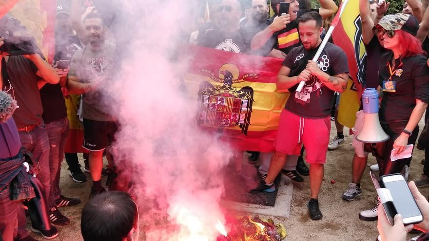 Unos 150 ultras se manifiestan en Barcelona por la unidad de España y contra el soberanismo