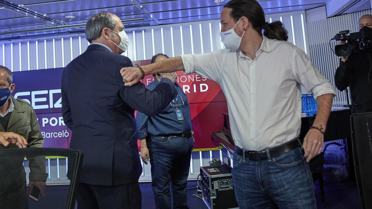 El candidato del PSOE, Ángel Gabilondo; y el candidato de Unidas Podemos a la Presidencia de la Comunidad de Madrid, Pablo Iglesias; se saludan antes del debate en la Cadena SER.