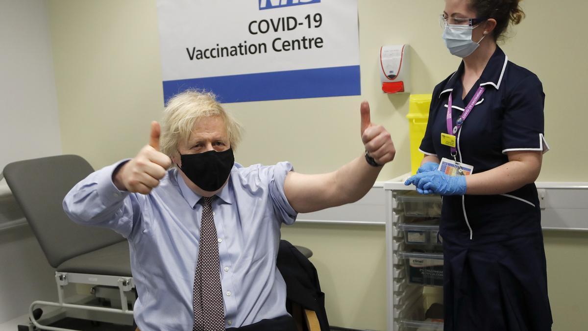 El primer ministro británico, Boris Johnson, tras recibir la primera dosis de la vacuna AstraZeneca contra la COVID-19, el pasado 19 de marzo, en el Centro de Vacunación Westminster Bridge en el Hospital St Thomas.