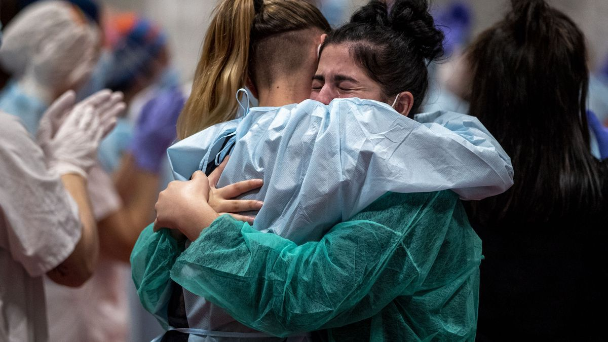 Médicos del hospital de IFEMA celebrando el último paciente que se atendía desde ahí