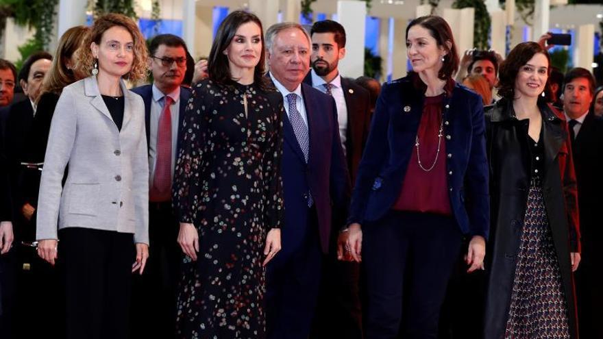 La reina Letizia (2i) junto con la presidenta del Congreso, Meritxell Batet (i), la ministra de Industria, Comercio y Turismo, Reyes Maroto (2d) y la presidenta de la Comunidad de Madrid, Isabel Díaz Ayuso (d) durante la inauguración de la Feria Internacional de Turismo Fitur 2020 celebrado en Ifema, Madrid este miércoles.