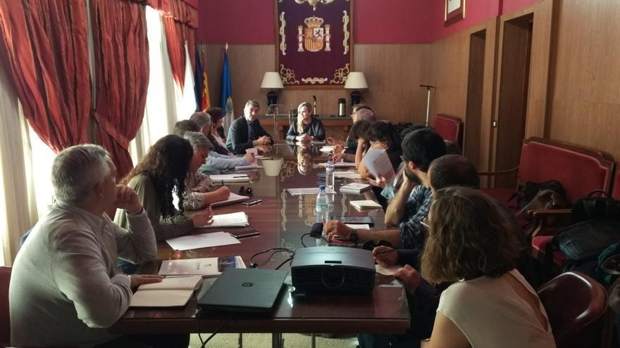 Reunión de la directora insular de la Administración General del Estado en La Palma, Ana María de León, con los agentes sociales y representantes del Ayuntamiento de Los Llanos en el marco de  la Mesa Local de Empleo.