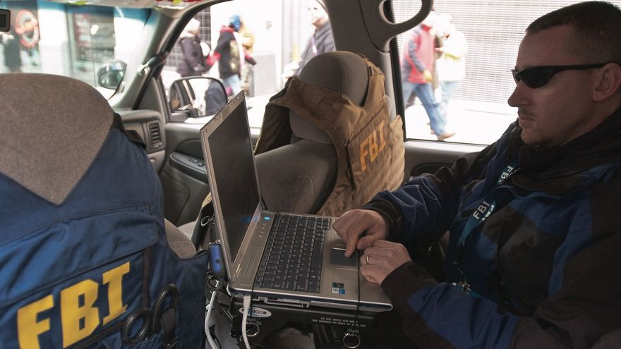 Un agente del FBI con un ordenador